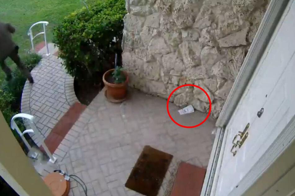 Der Mann sah zu, dass er wegkam, die Abholscheine blieben auf dem Boden liegen.