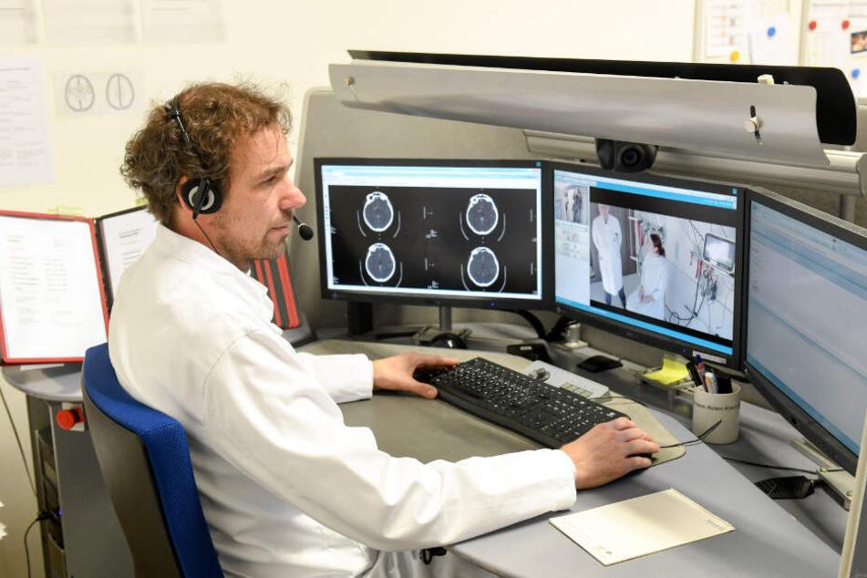 Der Arzt und Projektleiter Gordian Hubert sitzt im München Klinik Harlaching und untersucht mittels Videokonferenz eine Klinikmitarbeiterin, die in der Rolle einer Patientin agiert.