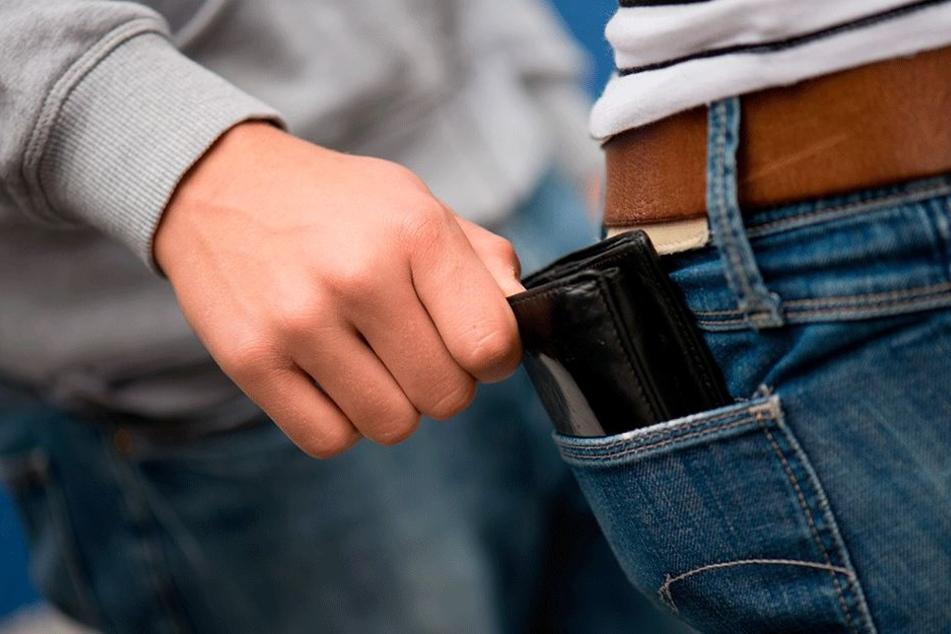 Antanzmasche auch in Chemnitz: Vier Täter erbeuteten ein Handy und ein Portemonnaie.