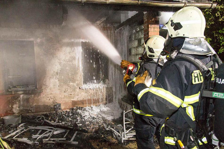 Einsatzkräfte der Feuerwehr löschen den Brand.