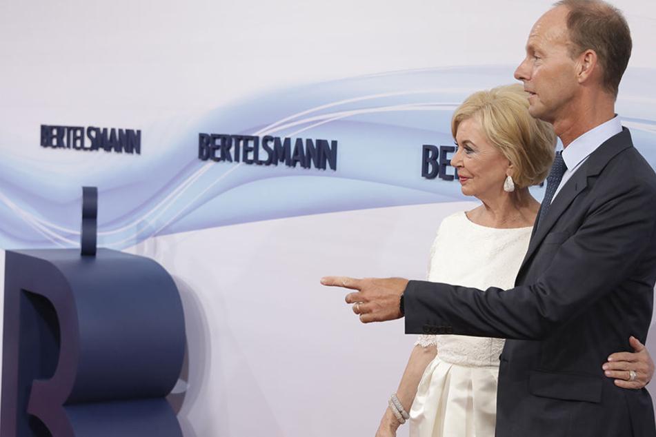 Liz Mohn (76) und Bertelsmann-Chef Thomas Rabe (51) begrüßen auf dem roten Teppich die Gäste des Sommerfestes.
