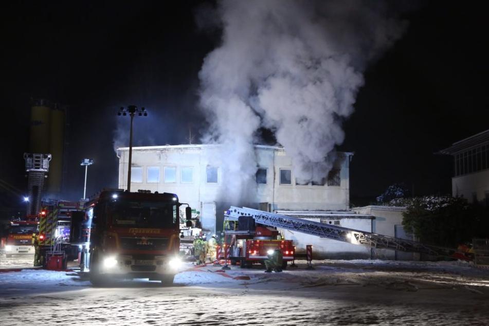 Aus der Baracke dran dichter Rauch, als die Feuerwehr am Einsatzort eintraf.