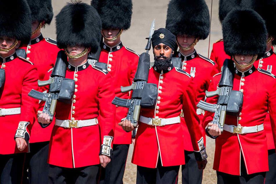 Die Mitglieder des 1. Bataillons der Coldstream-Garde, darunter Charanpreet Singh Lall mit Turban, verziehen keine Miene.
