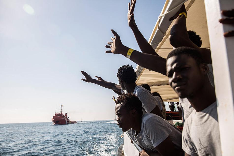 Etliche Flüchtlinge aus verschiedenen afrikanischen Ländern versuchen über das Mittelmeer nach Europa zu gelangen.