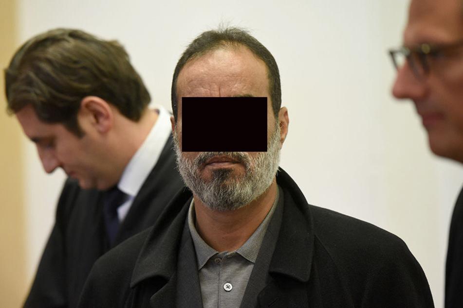 Die Anwälte Mutlu Günal (li) und Carsten Rubarth (ri) und der Angeklagte Ibrahim Abou-Nagie (M) beim Prozessauftakt am 21.01.2016 im Amtsgericht in Köln.