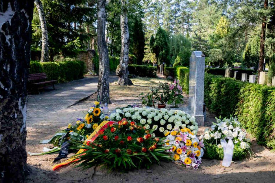 Das Grab von Filmproduzent Artur Brauner (vorn) ist nach seiner Beisetzung vor dem Grab seiner Ehefrau (grauer Grabstein) auf dem Jüdischen Friedhof Heerstraße zu sehen.
