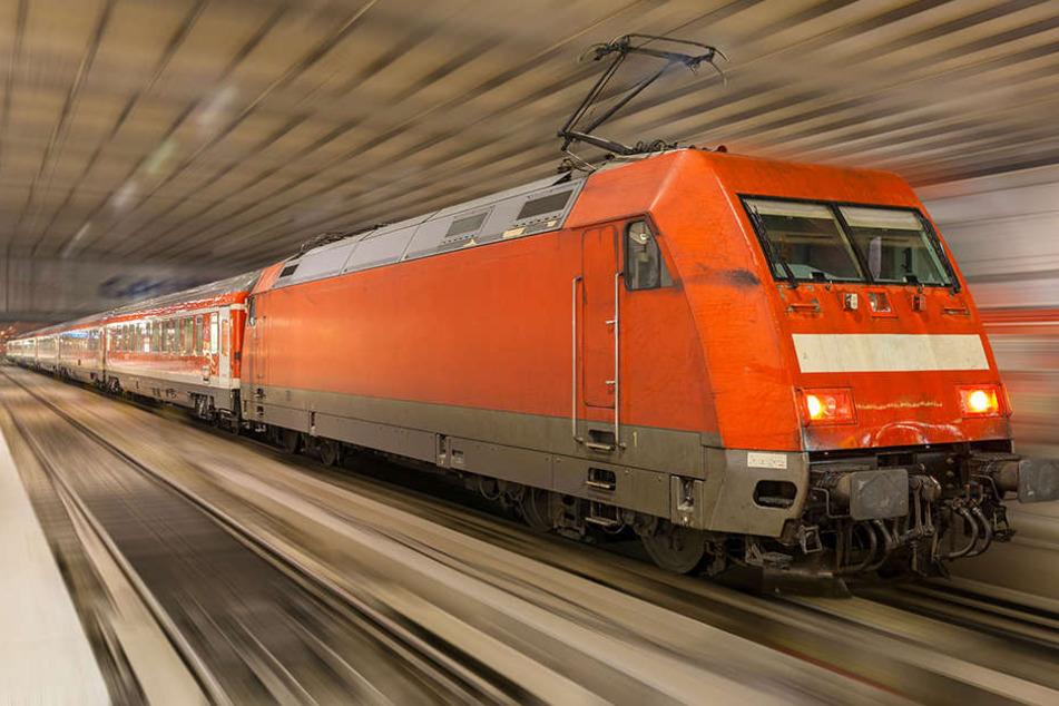 Ein 41-jähriger Blinder ist am Samstagnachmittag vor eine Münchner U-Bahn gestürzt.