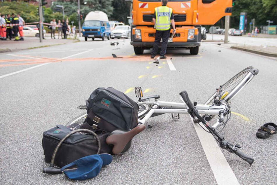Fahrer öffnet Tür, Radler stürzt und kracht gegen heranfahrenden Lkw