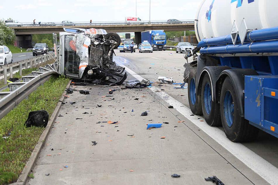 Der Transporter kippte nach der Kollision um.