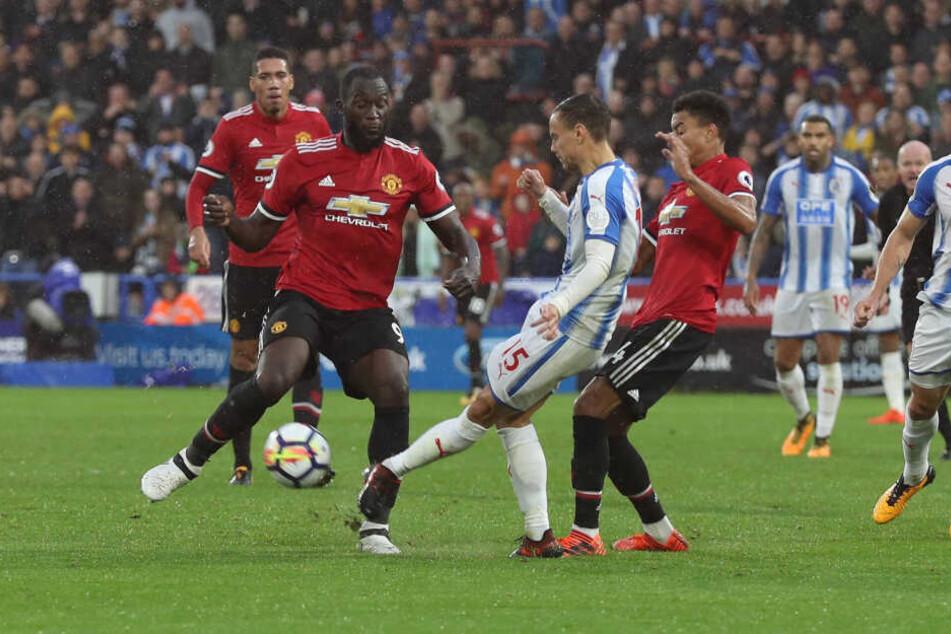 Ein Sachse setzt sich durch: Chris Löwe (M.) im Trikot von Huddersfield gegen die ManUnited-Stars Romelu Lukaku (l.) und Jesse Lingard.