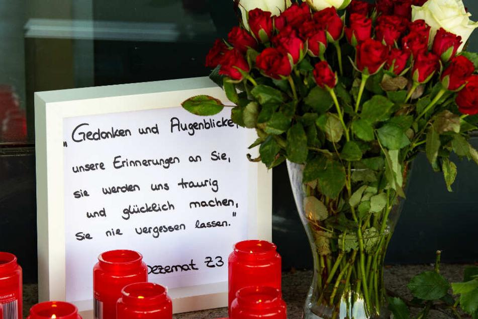 Blumen, Kerzen und eine Nachricht an den verstorbenen Kasseler Regierungspräsidenten Walter Lübcke (CDU) stehen am Haupteingang des Regierungspräsidiums.