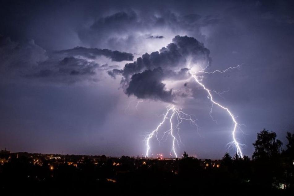 Schon am Freitag kann es zu schweren Unwettern in Teilen Deutschland kommen. Am Wochenende setzt sich der Trend fort. (Symbolbild)