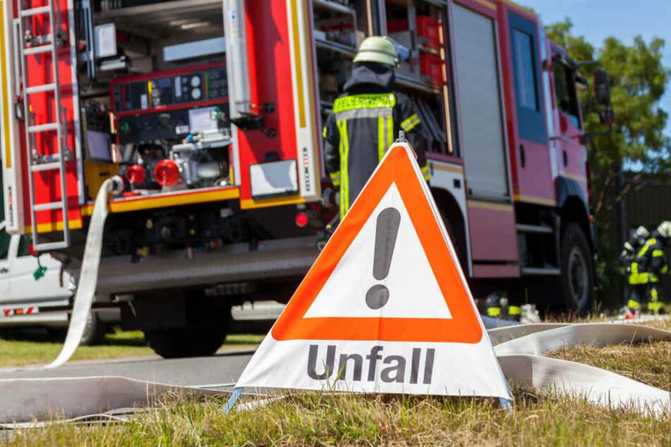 Zur Bergung des verunfallten Lasters war die Feuerwehr im Einsatz. Ein Notarzt versorgte den verletzten Fahrer bis zum Transport ins Krankenhaus. (Symbolbild)