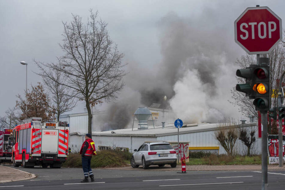 Rauch kilometerweit zu sehen: Großbrand in Erfurter Werkshalle