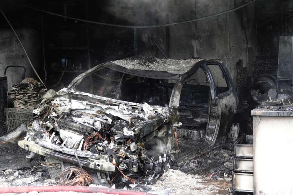 Das Auto war nicht mehr zu retten, es brannte komplett aus.