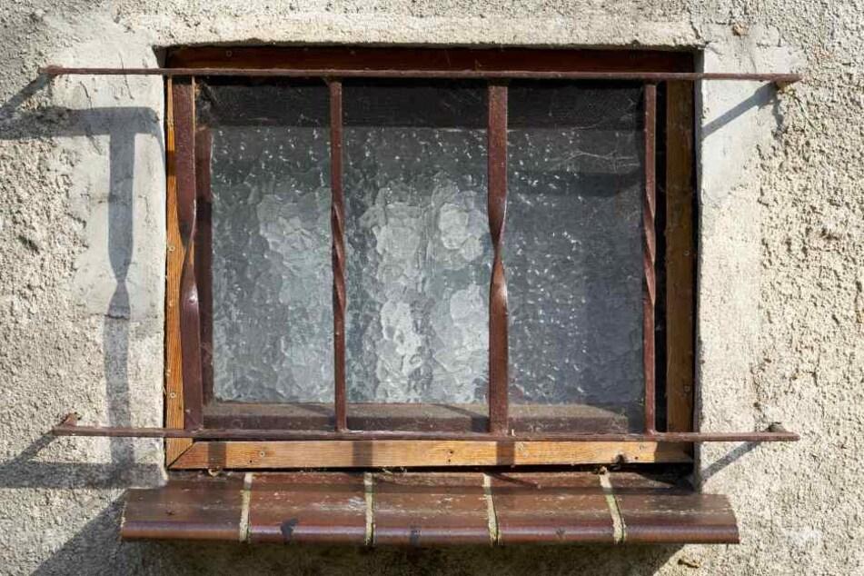 Die Einbrecher rissen das Gitter des Kellerfensters aus der Verankerung, drückten das Fenster ein und durchsuchten dann die Räume. (Symbolbild)