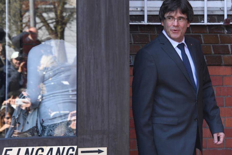 Carles Puigdemont (55) verlässt gutgelaunt die Haftanstalt in Neumünster.