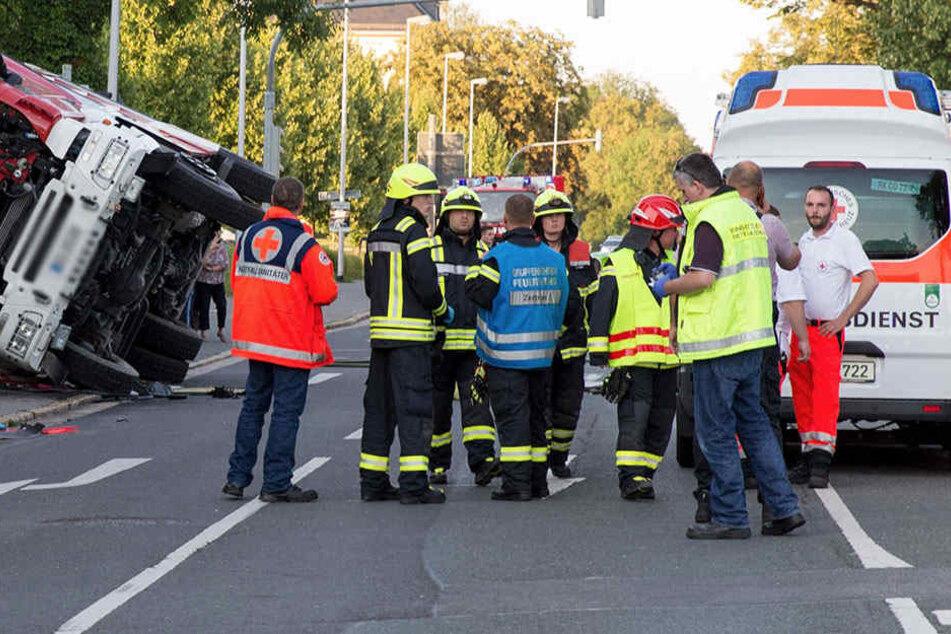 Bei dem Unfall in Coburg starb am Dienstagabend ein Mensch. Auch hier wurde der Einsatz wieder durch Gaffer erschwert.