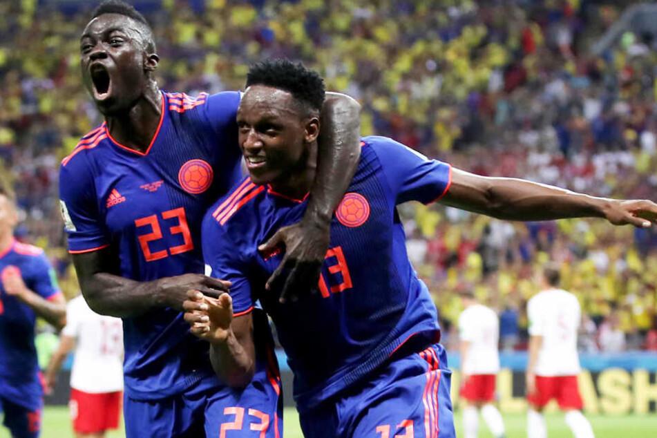 Davinson Sanchez (l.) und Yerry Mina (r.) feiern die kolumbianische 1:0-Führung ausgelassen.