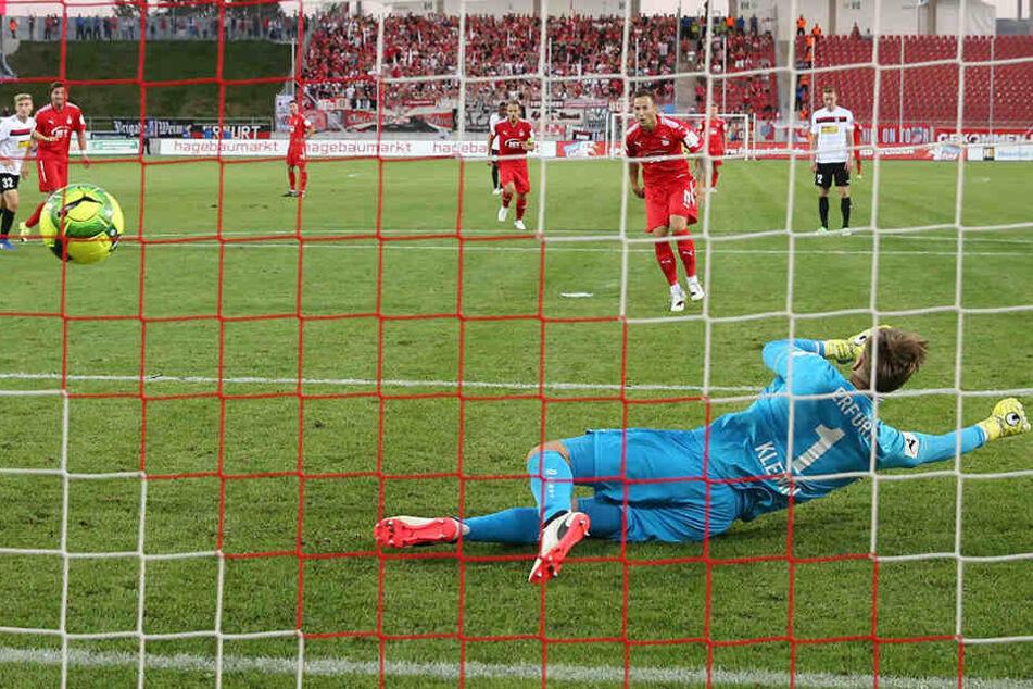 Erfurts Torwart Philipp Klewin fliegt in die falsche Ecke - und der Ball zum 1:1 ins Tor.