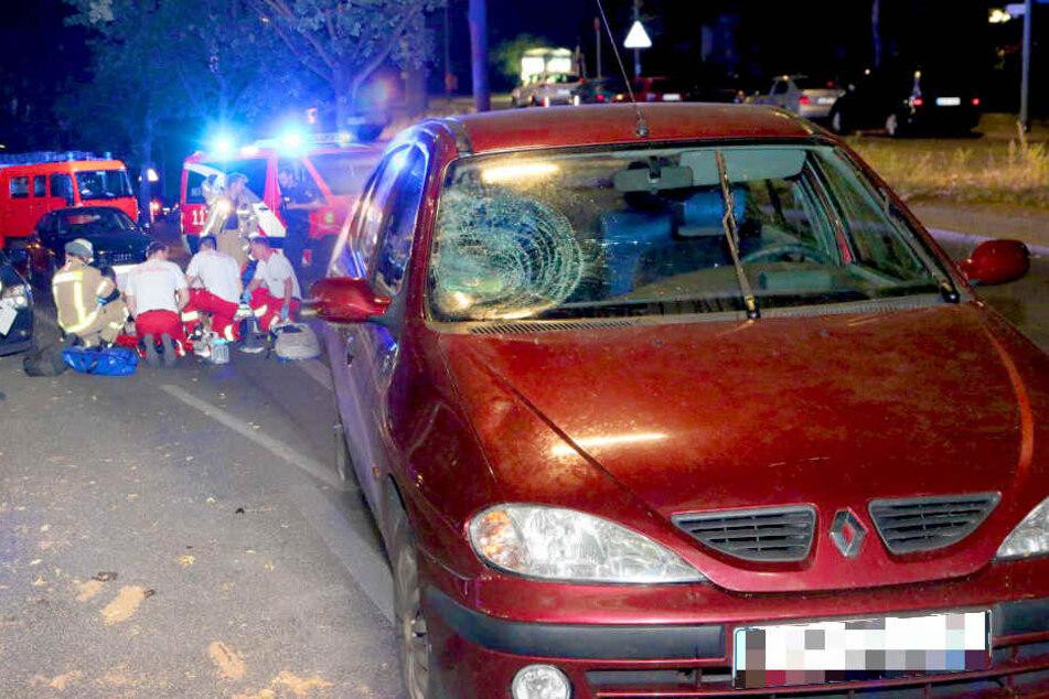 Mann kracht gegen Auto und wird auf Straße geschleudert