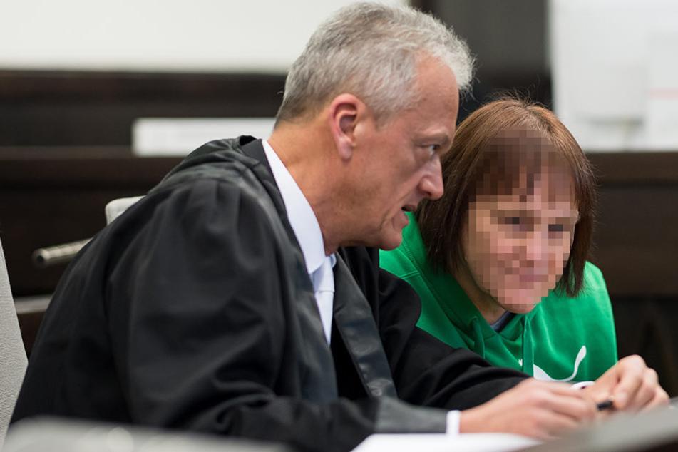 Strafverteidiger Peter Wüller mit der Angeklagten Angelika W.. Sie gibt weitere Einblicke in ihr Leben.