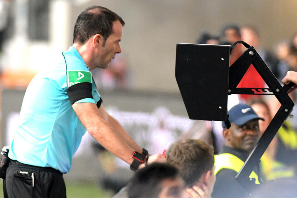 Schiedsrichter Marco Fritz nimmt bei der Partie FC Augsburg gegen Borussia Dortmund den Videobeweis zu Hilfe.