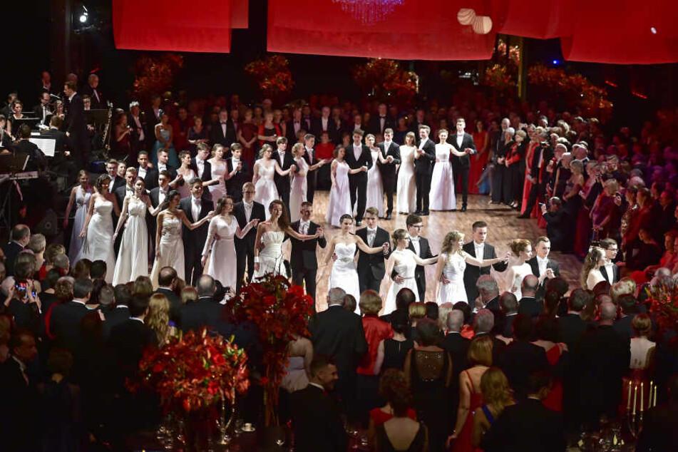 Die Debütanten der Tanzschule Köhler-Schimmel schritten zum festlichen Eröffnungswalzer.