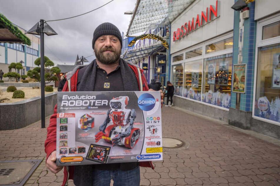 Mario Schubert (40) hält den neuen Spielzeugroboter für seinen Sohn in den Händen.
