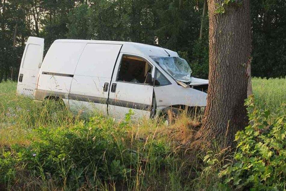 Der Transporter war von der Straße abgekommen und gegen den Baum gerast.