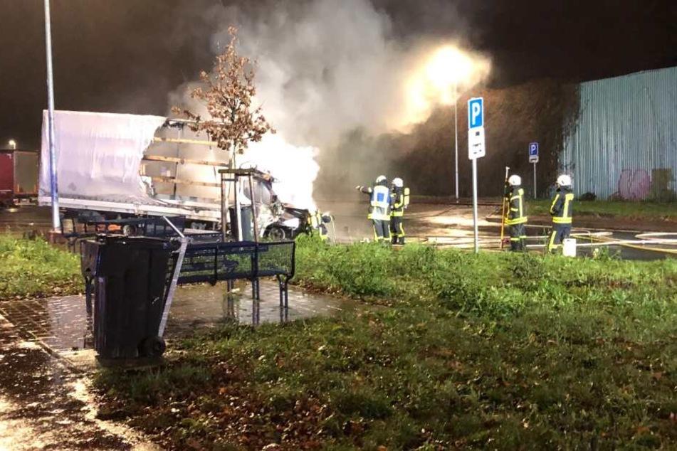 Brand zerstört Kleinlaster an Autobahn