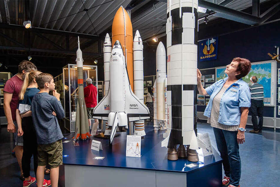 Neue und alte Raketentechnik: Karin Schädlich (r.) von der Deutschen Raumfahrtausstellung zeigt die Modelle, oft muss sie auch Skeptiker aufklären.