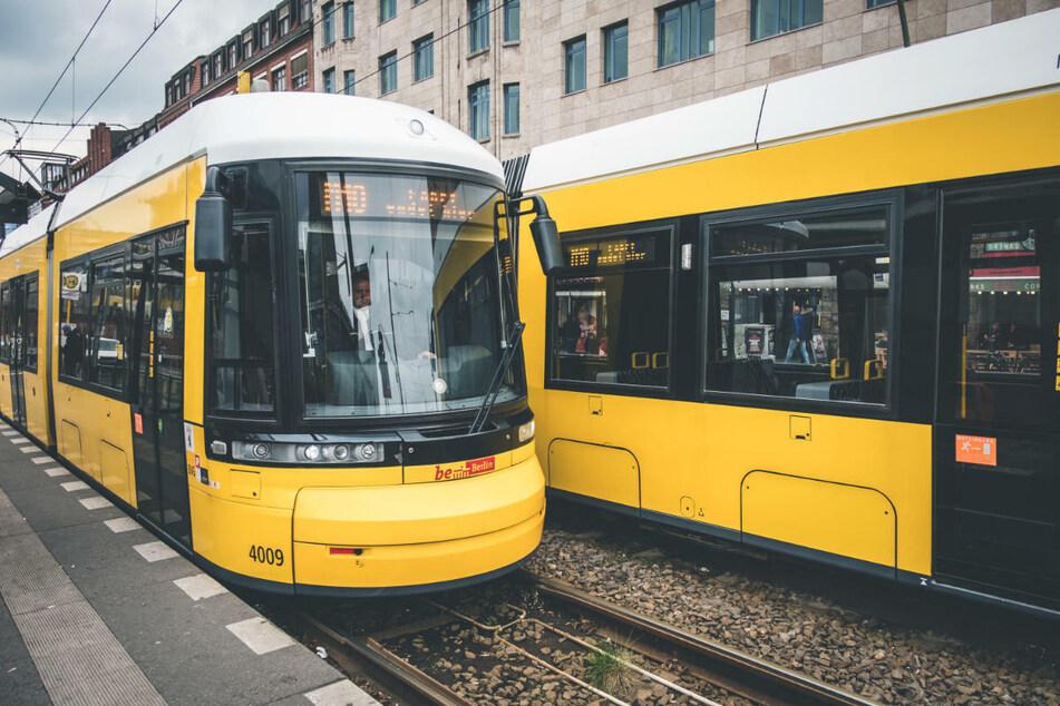 Um mehr Sicherheitsabstand in der Corona-Pandemie zu gewährleisten, will die BVG von diesem Montag an zusätzliche Busse und Straßenbahnen einsetzen. (Symbolfoto)