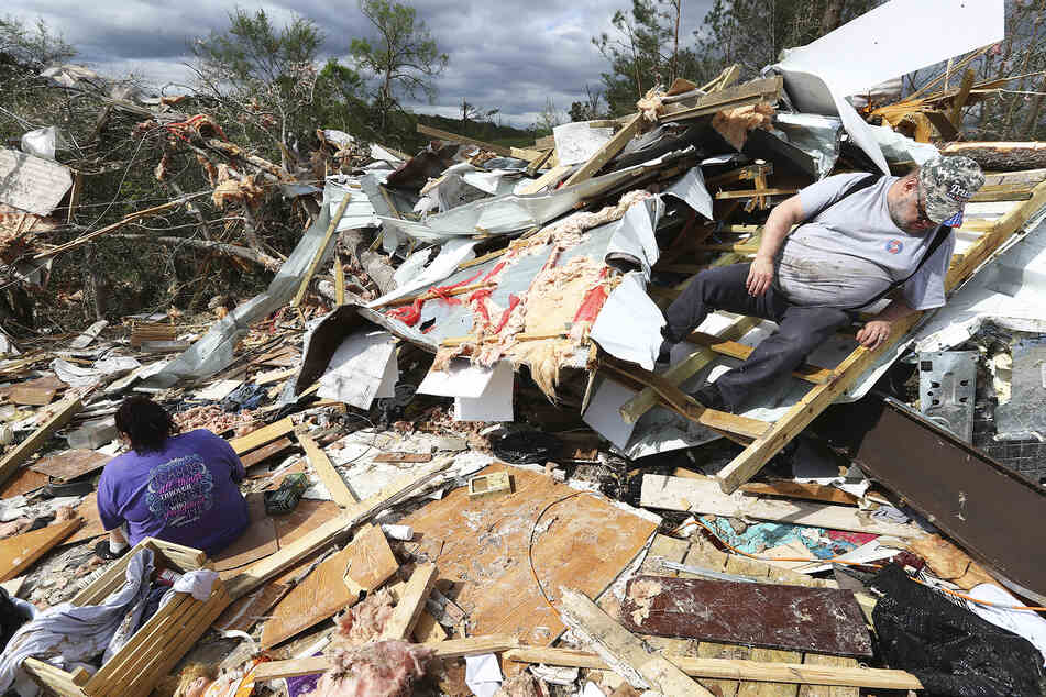 Lloyd und Linda Leonard durchsuchen den zerstörten Wohnwagen ihres Sohnes Mark Hyatt in einem Wohnwagenpark.