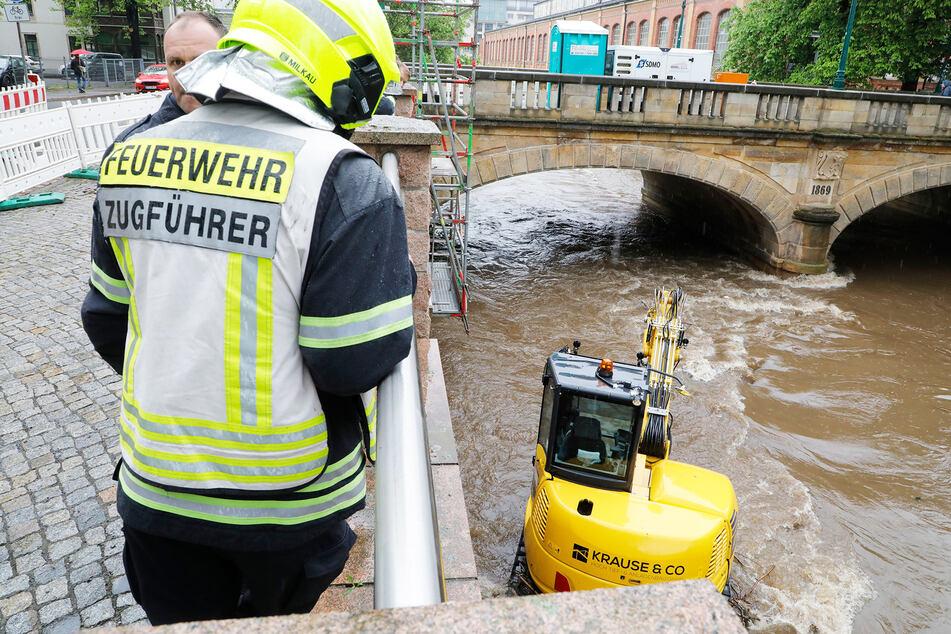Die Feuerwehr rückte am Donnerstagnachmittag zur Bagger-Rettung bei der Bierbrücke aus.