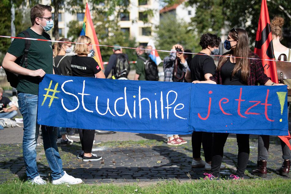 """Studierende mit einem Plakat """"#Studihilfe jetzt"""" demonstrieren vor dem Niedersächsischen Wissenschaftsministerium."""