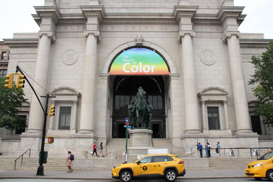 Taxis stehen vor der Fassade des American Museum of Natural History (AMNH) auf der Upper West Side von Manhattan.