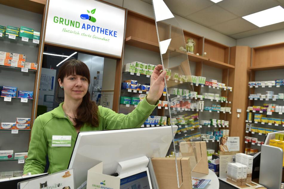Kati Meier-Stampe (34) ist in der Apotheke durch eine Plexiglasscheibe vor einer Ansteckung geschützt.