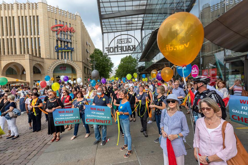 Hunderte Menschen versammelten sich um und vor der Galeria Kaufhof, um gegen die geplante Schließung zu demonstrieren.