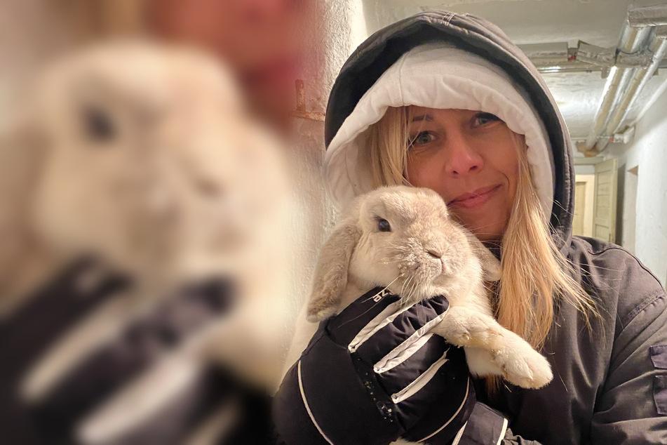 Katja Möckel (42) kuschelt mit ihrem weißen Löwenköpfchen-Hasen Gustav.