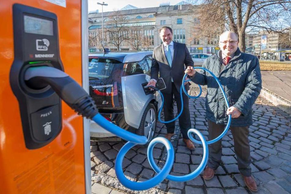 """Endlich Sprit aus der Dose: Kämmerer Sven Schulze (44, SPD, r.) präsentiert den i3-Dienstwagen mit BMW-Niederlassungs-Chef Thomas Muderlak (47) auf dem Parkplatz des """"Tietz""""."""