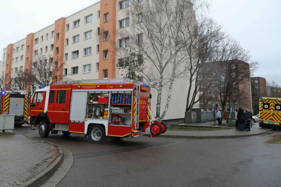 Die Feuerwehr bekämpfte den Brand unter anderem auch mit einem C-Rohr.