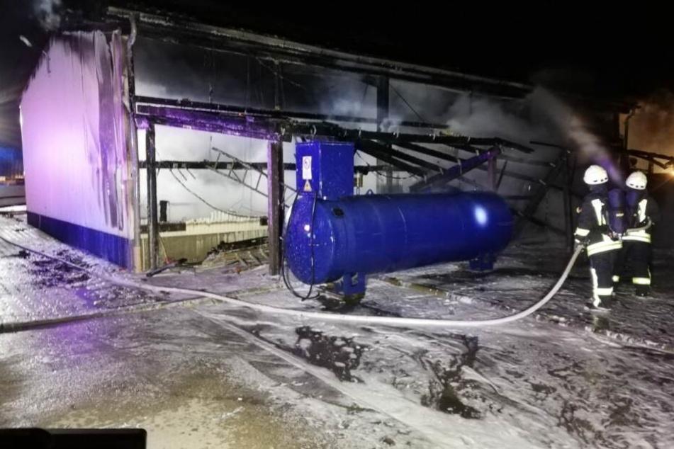 Ein Dieseltank auf der Rückseite der Halle konnte geschützt werden.