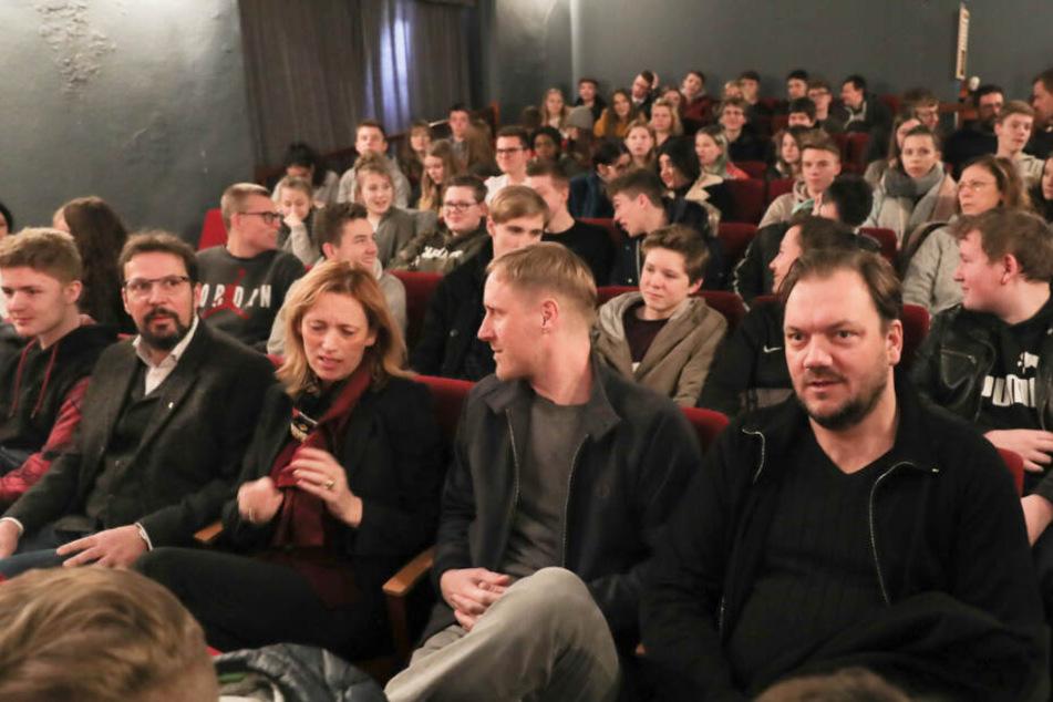 """Schülerinnen und Schüler sahen sich zusammen mit Bildungsministerin Karin Prien (CDU, links) sowie den Regisseuren Sebastian Schultz und Charly Hübner den Film """"Wildes Herz"""" an."""