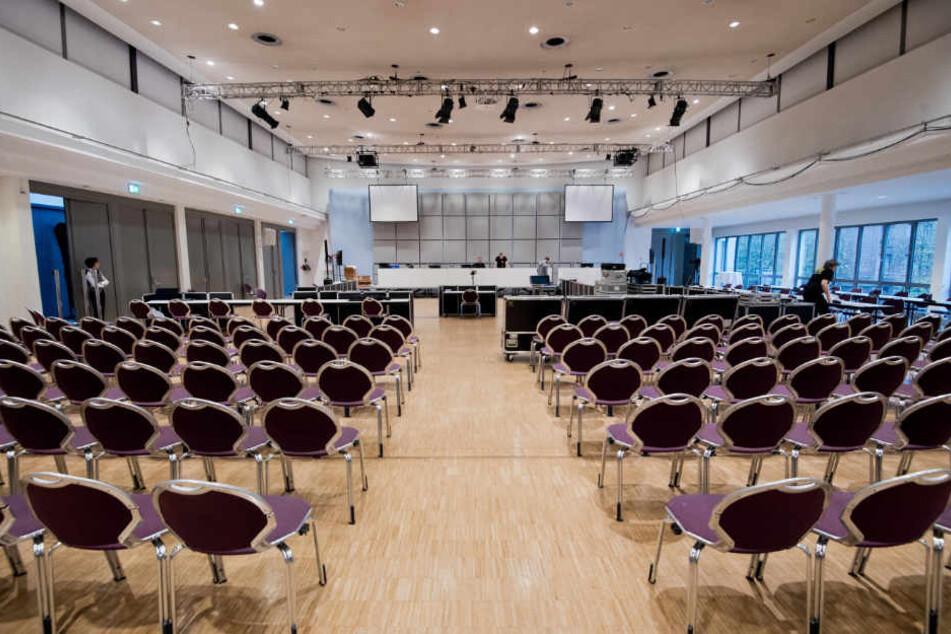 Alleine für die Nebenkläger gibt es mehr als 100 Sitzplätze in der zum Gerichtssaal umfunktionierten Halle.