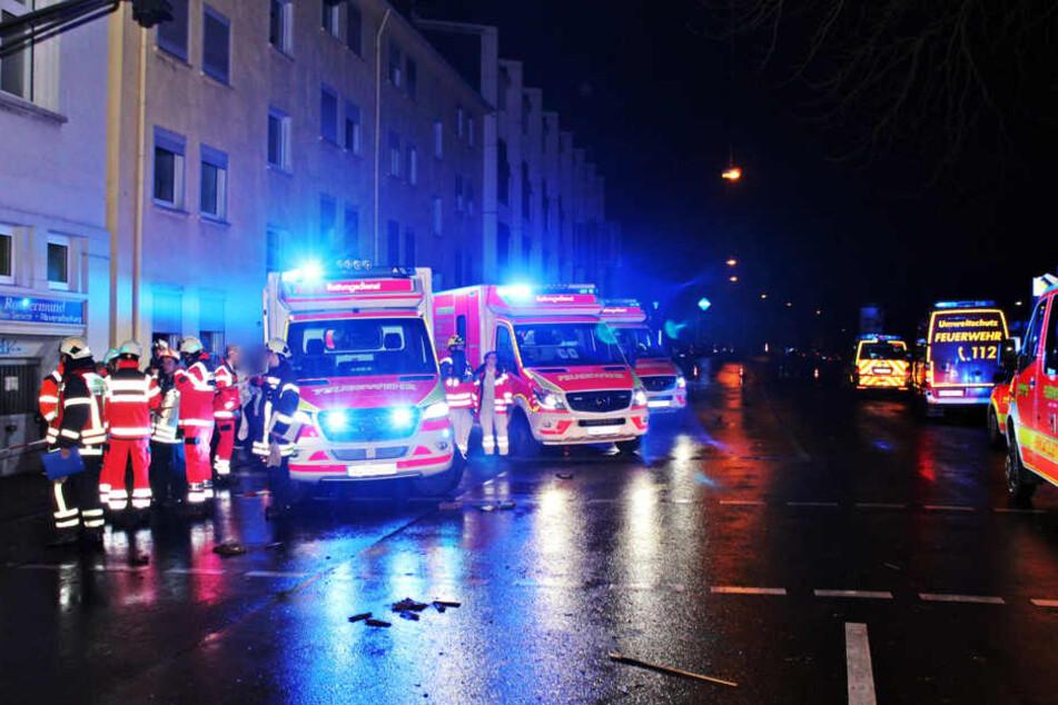 Feuerwehrleute sind bei einem Wohnhausbrand in Wuppertal im Einsatz.