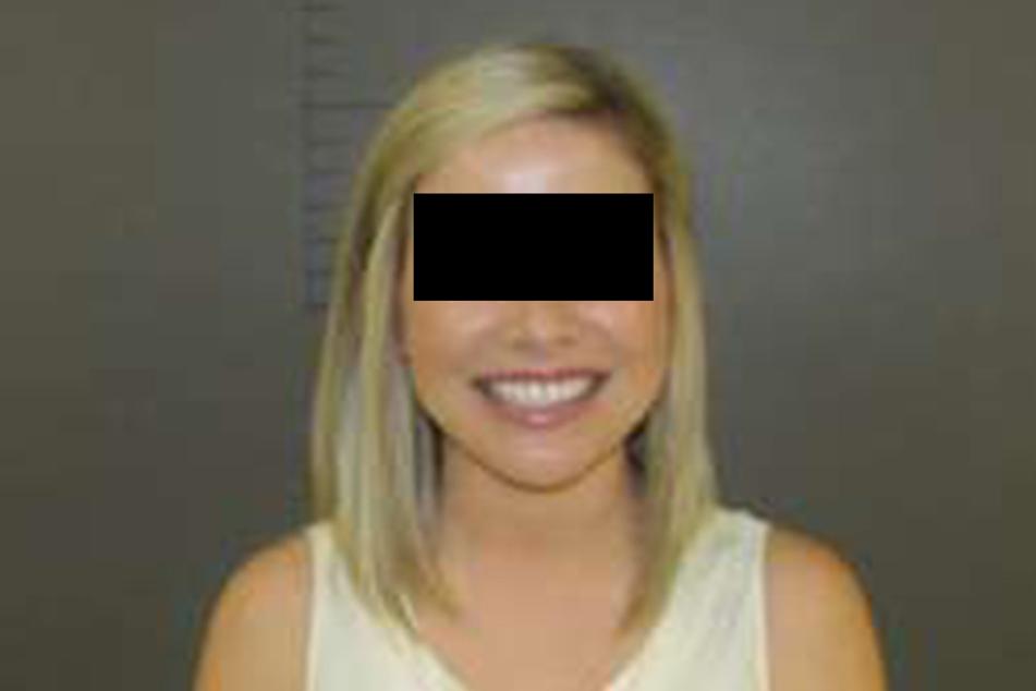 So ein Polizeifoto sehen wohl selbst die zuständigen Beamten nur relativ selten. Doch Sarah Fowlkes grinst über beide Ohren.