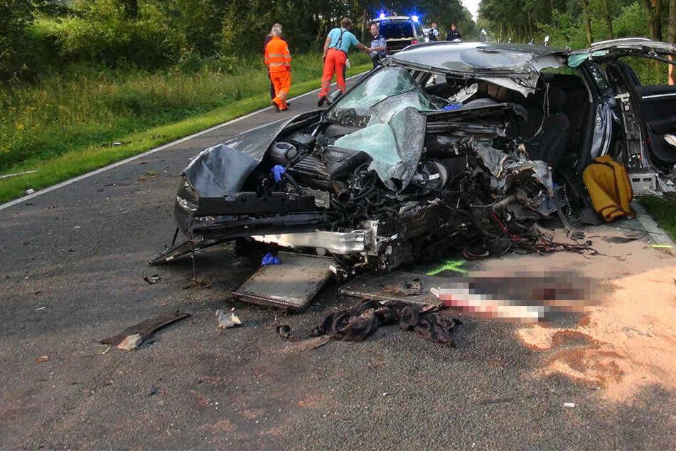 Der 22-jährige Fahrer konnte lebend aus seinem Audi befreit werden, starb jedoch später im Krankenhaus.