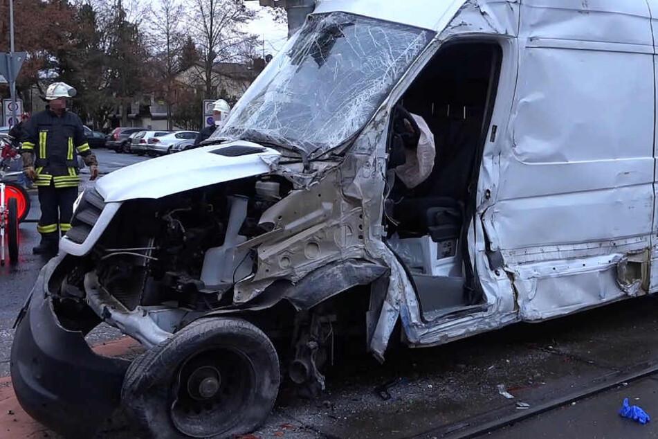 Das Foto zeigt den schwer beschädigten Kleintransporter, der an dem Unfall beteiligt war.