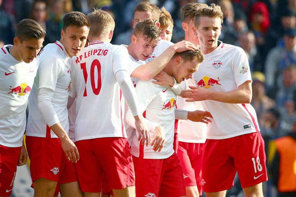 Federico Palacios (1. Reihe 2. von rechts) wird für sein Tor gegen Lok Leipzig von den Mitspielern der U23 beglückwünscht.